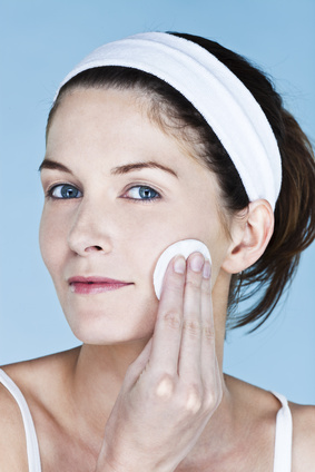 Cela montre le bon geste à faire pour bien nettoyer la peau avec un coton